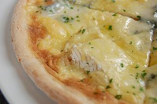 三種のチーズのピザ