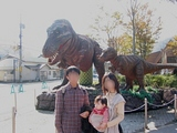 恐竜の前で