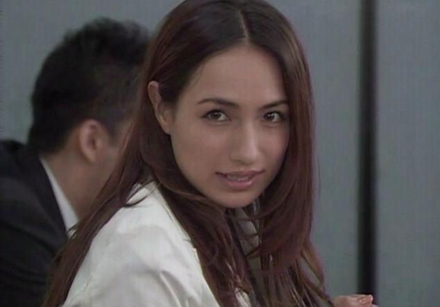 耳に髪の毛をかけている白いジャケットを着た佐田真由美の画像