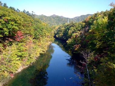 百松沢橋付近の豊平川