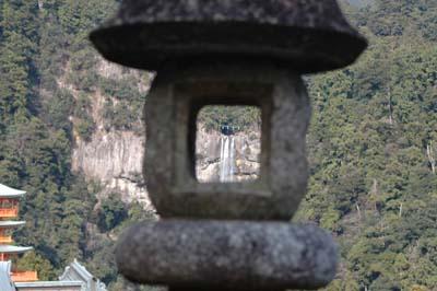 灯篭と那智の滝