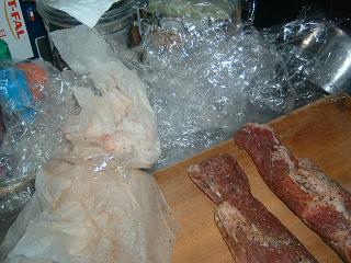 ラップとキッチンペーパーの残骸と肉