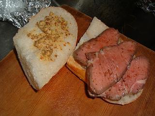 ローストビーフとフランスパンと粒マスタード
