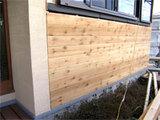 外壁木製パネル施工中。