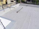 屋上防水工事中。
