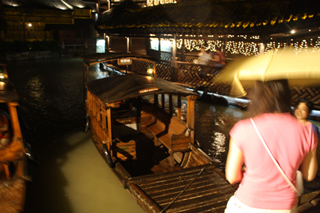 中国・鳥鎮の夜の遊覧船