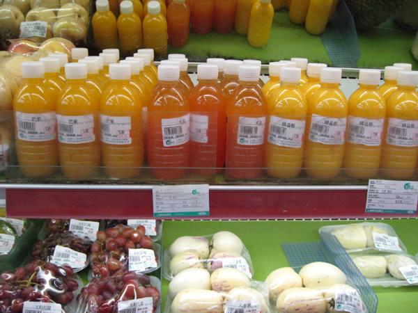「上海第一八佰伴」の食料品売り場の生ジュース