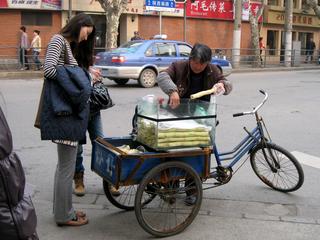 中国・上海の道端で搾りたての「さとうきびジュース」を飲む!