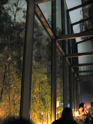 中国・上海 静安寺の巨鹿路、創作アジア料理レストランのバー「蛍七人間」