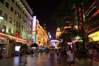 中国・上海の南京路(NANJING LU)と呉江路(wu jiang lu)