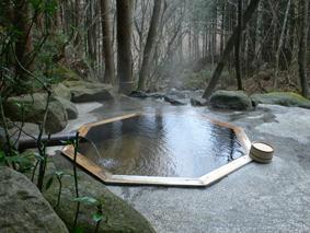 里の湯 名物「八角形の露天風呂」