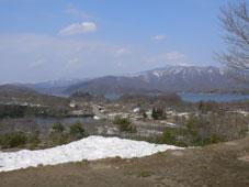 残雪の檜原湖を覗き見る