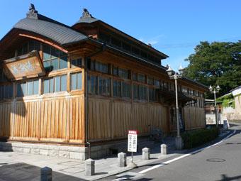 飯坂温泉のシンボル「鯖湖湯」の外観
