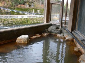 玉梨温泉「恵比寿屋」の露天風呂。茶色の源泉が良い