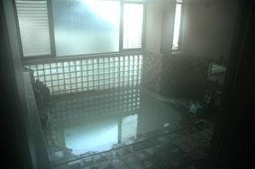 岩瀬湯本温泉「湯口屋」の内湯。