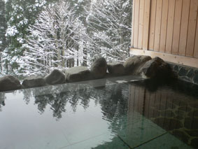二岐温泉「ブナ山荘(ぶなさんそう)」の露天風呂と雪景色