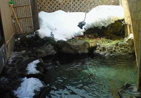 二岐温泉「ふじや旅館」の雪が残る露天風呂。