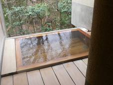 開放的な貸し切り温泉の露天風呂