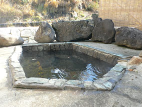 滝の湯の川沿いの露天風呂(男湯と同じ源泉)