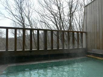 高原のロッジならでは開放的な露天風呂