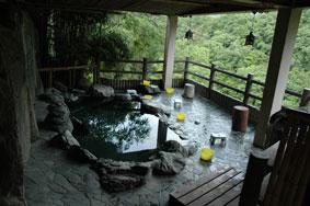源泉の良さが売りの湯野上温泉「えびす屋」の露天風呂