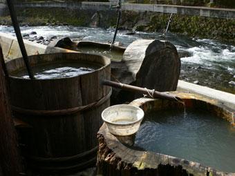 木風呂が三つ。ぬるくて入れません!!