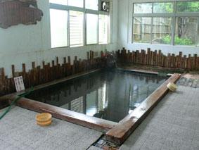 沼尻温泉「田村屋」の桧の内風呂。
