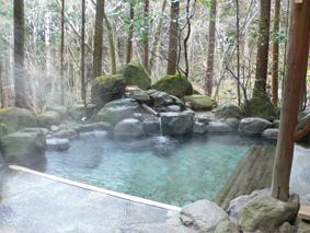 里の湯の露天風呂(雨でも濡れない配慮)