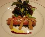 シャラン産鴨胸肉で巻いたフォアグラとレンズ豆のピューレ、フォアグラ燻製添え