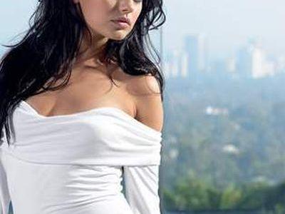胸の大きな女性と肩を組めるTシャツ00