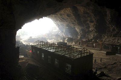 洞窟の小学校