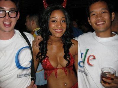 胸の大きな女性と肩を組めるTシャツ02