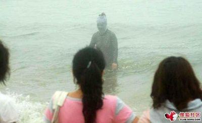 ビーチの視線を一身に浴びる斬新すぎる水着の女性04
