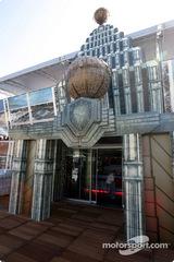 レッドブル、今年のモナコのモーターホームは「スーパーマン」002