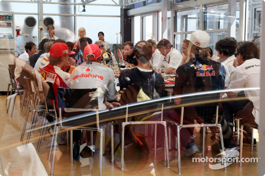 FOTA会議(F1チーム代表とドライバーが全員出席)