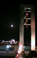 海ほたるの上に浮かぶ月