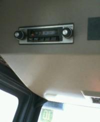 トラクターの中、FMラジオ