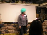 アフロヘルメットをかぶる福田さん