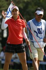 女子ゴルフ、上田桃子がプレー中に倒れる 脱水?