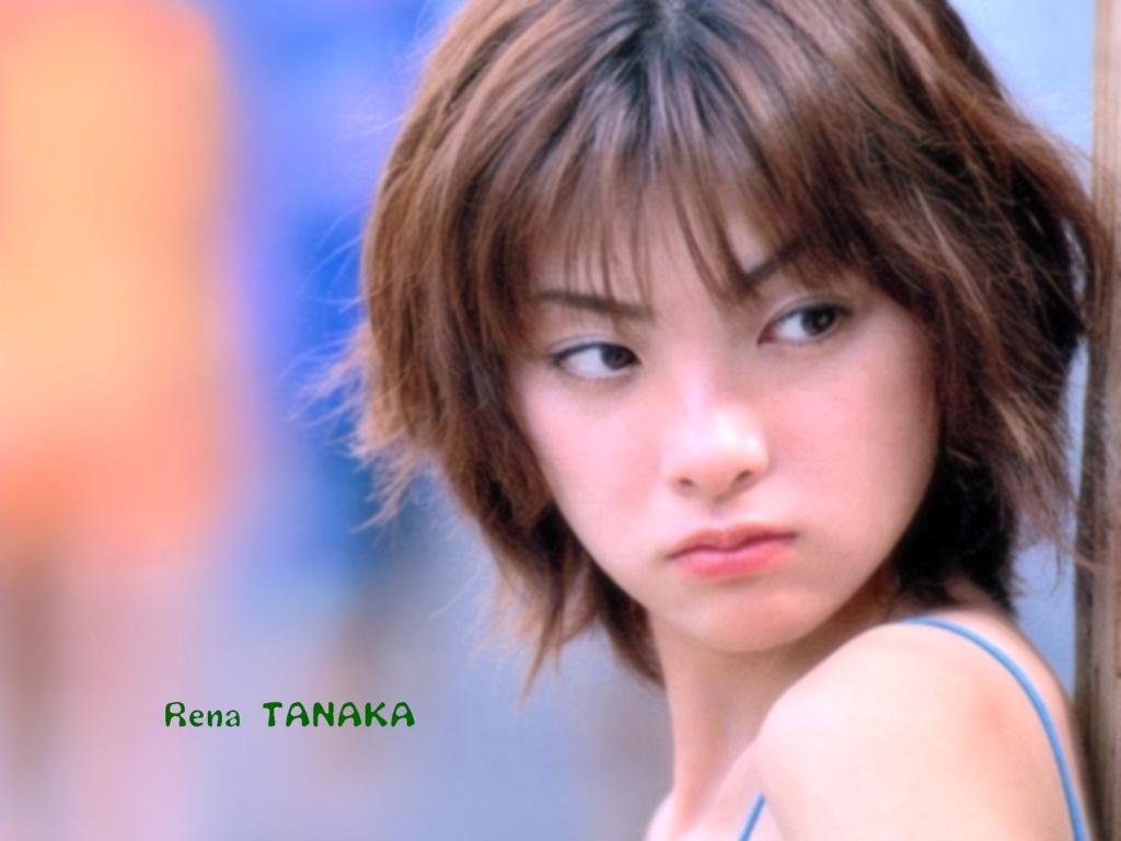 眉と目とキッと吊り上げて怒った表情で見つめる田中麗奈