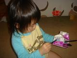 玩具に熱中するルナ