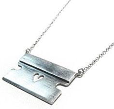 カミソリ型ネックレス