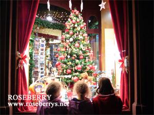 クリスマスツリーに見とれる少女たち♪