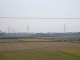 火力発電所から伸びる送電線