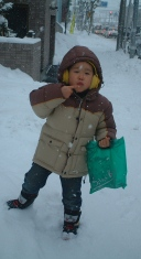雪を食べるユウタ