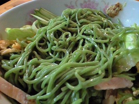 翡翠麺 色はホウレン草の色