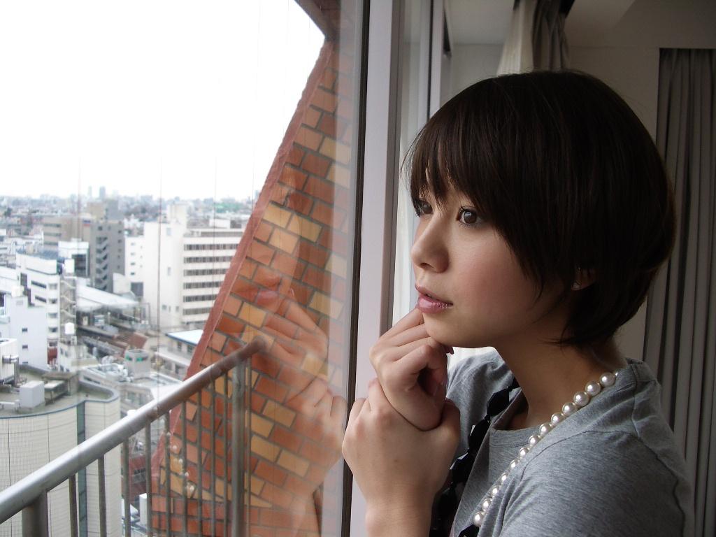 丸いフォルムのショートヘアで窓の外を眺める田中美保